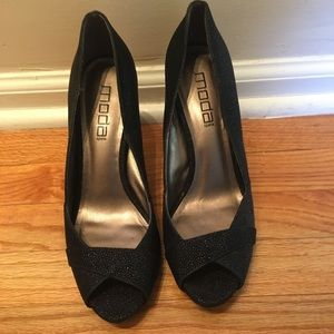 Mods pebbled peep toe heels in black